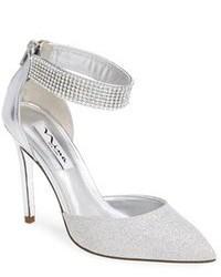 Zapatos de tacón de cuero con adornos plateados