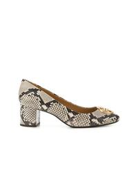 Zapatos de tacón de cuero con print de serpiente grises de Tory Burch