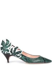 Zapatos de tacón de cuero con print de serpiente verde oliva de Rochas