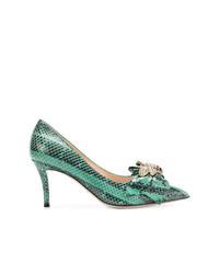 Zapatos de tacón de cuero con print de serpiente verdes de Gucci