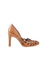 Zapatos de tacón de cuero con recorte en tabaco de Sarah Chofakian