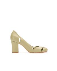 Zapatos de tacón de cuero con recorte verde oliva de Sarah Chofakian