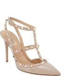 Zapatos de tacón de cuero con tachuelas en beige