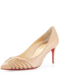 Zapatos de tacón de cuero con tachuelas marrón claro