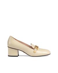 Zapatos de tacón de cuero en beige de Gucci