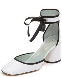 Zapatos de tacón de cuero en blanco y negro de Marc Jacobs