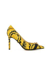 Zapatos de tacón de cuero estampados amarillos de Versace