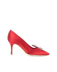 Zapatos de tacón de satén con adornos rojos de Manolo Blahnik