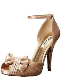 Zapatos de tacón de satén dorados