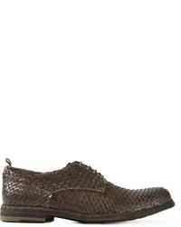 Zapatos derby de cuero tejidos en marrón oscuro de Officine Creative